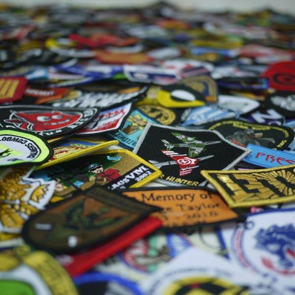 Parches Bordados Personalizados y Escudos Bordados Personalizados.